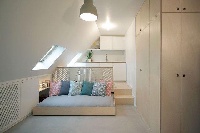Chỉ cần thao tác đẩy nhẹ chiếc giường ngủ đã hoàn toàn biến mất và thay vào đó là một khu vực tiếp khách thoáng sáng với cửa sổ kính mở ngay trần nhà.