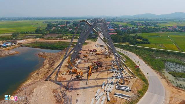 Công trình được đầu tư lớn với số vốn gần 200 tỷ đồng huy động từ nguồn vốn xã hội hóa (trong tổng số 368 tỷ đồng cho toàn bộ cổng tỉnh và điểm dừng chân tỉnh Quảng Ninh).