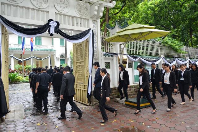 Đúng 10h sáng, Đại sứ quán cho phép khách vào viếng. Hôm nay cũng là ngày đầu tiên Đại sứ quán mở cửa đón khách viếng và ghi sổ tang sau khi quốc tang chính thức tổ chức tại Thái Lan.