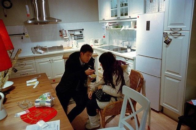 Biến nhà bếp trưng bày thành không gian tình yêu. Ảnh: Weibo