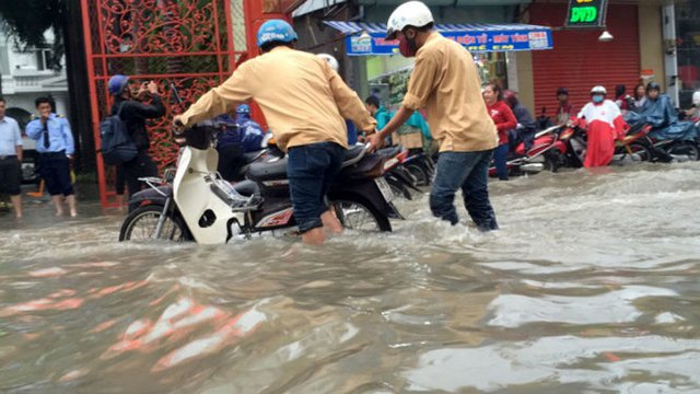 Nhiều xe chết máy tại đoạn gần cầu Tân Thuận 2 - Ảnh: NGỌC KHẢI