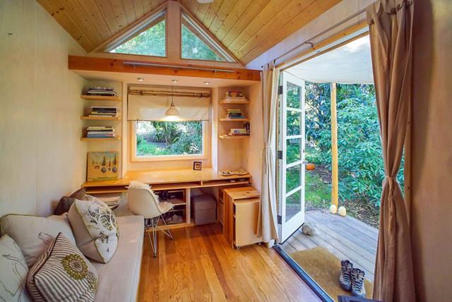 Trái ngược với vẻ đơn xơ, nhỏ bé bên ngoài, không gian bên trong ngôi nhà thật thoáng đãng và vô cùng tiện nghi.