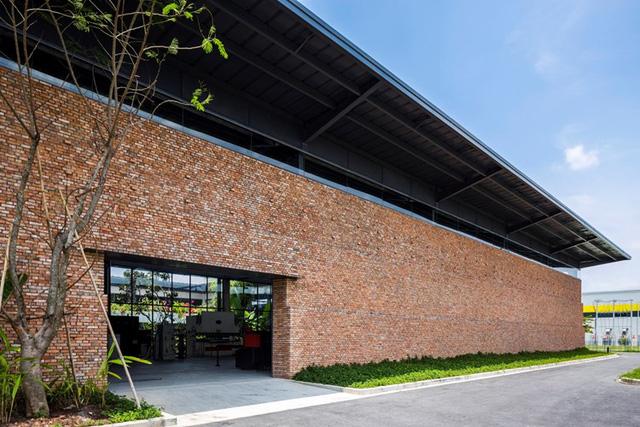 Mái nhà được lợp bằng những tấm kim loại tôn mạ kẽm. Điểm đặ biệt của phần mái là nó được nâng cao khoảng 3m so với tường nhằm giúp không khí và ánh sáng tự nhiên có thể dễ dàng len lõi vào bên trong không gian làm việc.