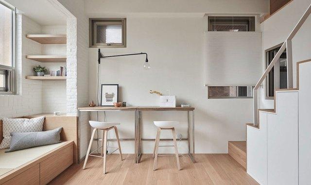 Nội thất trong nhà hầu hết được làm từ gỗ sáng màu mang lại cảm giác ấm cúng và gần gũi. Ngay phía dưới chỗ ngồi nơi phòng khách là cả một kho chứa đồ lý tưởng của chủ nhà.