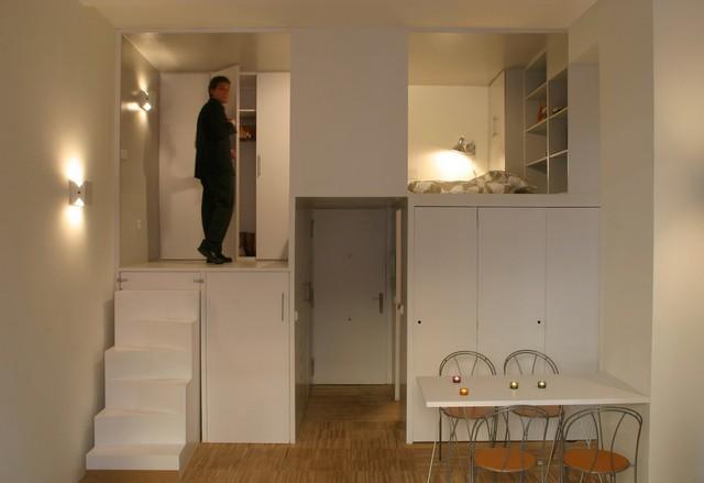 Góc nghỉ ngơi được đưa lên trên cùng hệ thống tủ kệ bao quanh thoải mái nhu cầu lưu trữ đồ cho chủ nhân.