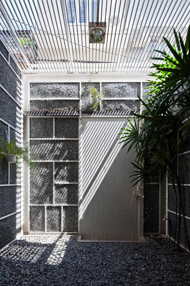 Bên trên khoảng sân trước nhà được bảo vệ bằng những thanh sắt giúp ánh sáng tự nhiên và gió trời có thể dễ dàng len lỏi vào bên trong.
