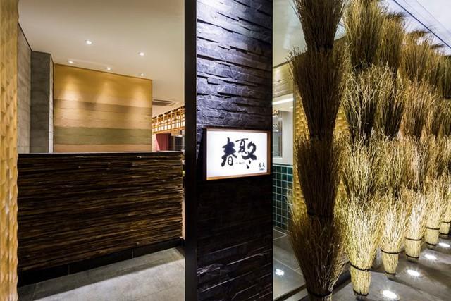 photo 3 1478510893985 Ngắm nhìn cận cảnh nhà hàng có nội thất gỗ độc đáo ở TP. HCM