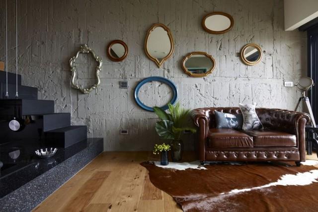 Bên trên bức tường thô chủ nhà còn nhấn nhá bằng những chiếc gương với nhiều kích cỡ bắt mắt.
