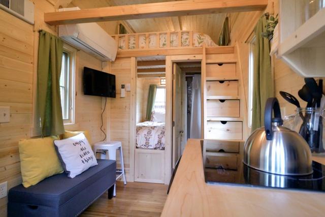 Tuy nhỏ nhắn nhưng không gian bên trong lại rất tiện nghi, sang trọng. Ngay lối vào nhà là phòng khách, bếp. Sâu bên trong là khu nhà tắm và một phòng ngủ nhỏ.