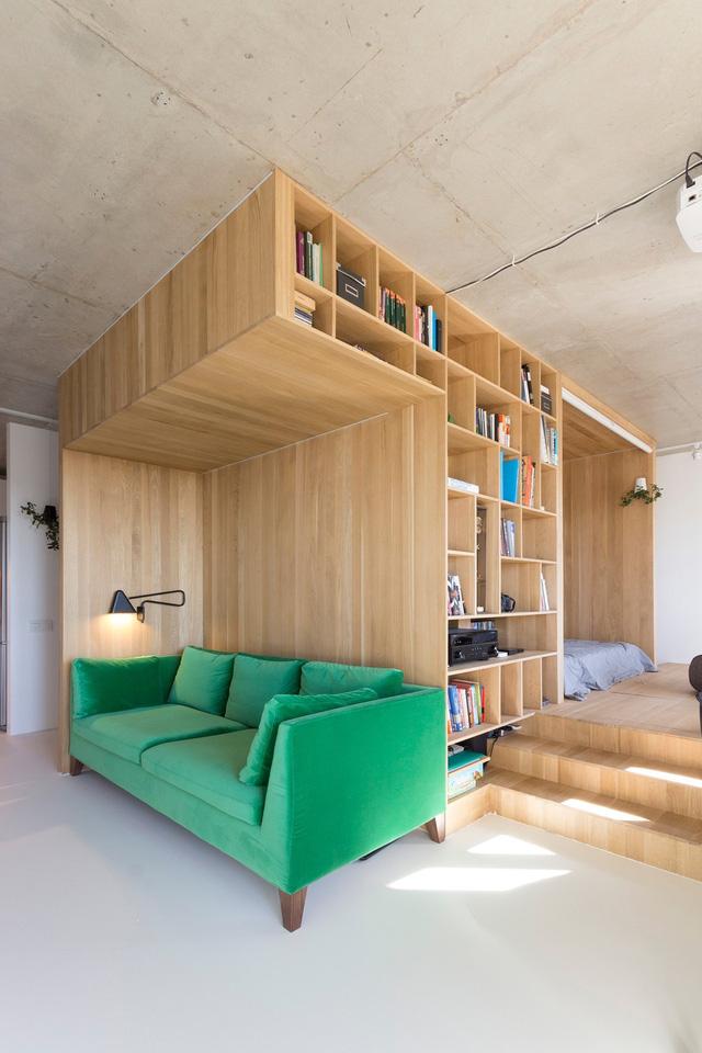 Không gian phòng khách nhỏ gọn nhưng vô cùng ấn tượng và nổi bật bởi chiếc ghế sofa xanh mát mắt.