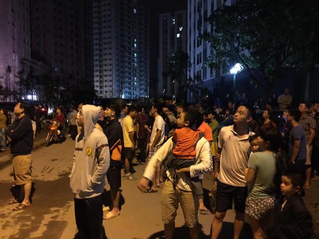 Hàng trăm người dân toàn nhà đã chạy được xuống đường chờ dập tắt đám cháy.
