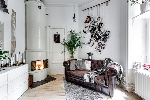 Trong ngôi nhà từ màu sơn tường, trần nhà, đến lò sưởi, tủ đựng đồ điều cùng tông màu trắng khiến không gian trở nên rộng và thoáng hơn.