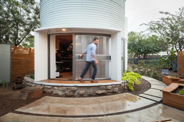 Cửa chính của ngôi nhà được cũng được thiết kế hình vòm và mở bằng cách đẩy ngang sang bên hông nhà.