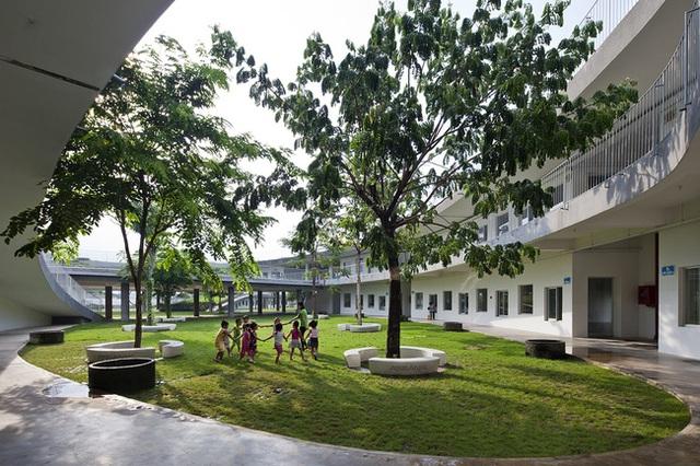 Tất cả các phòng học và phòng chức năng thoáng mát tràn ngập cây xanh và ánh sáng mặt trời được thiết kế ở dưới.