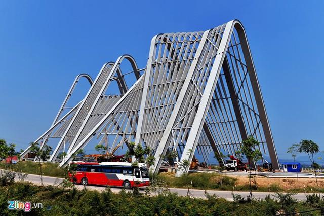 Toàn bộ cổng được thiết bằng khung thép với 8 cột chính, độ cao từ 38-43 m khẩu độ đoạn rộng nhất 62 m, chân thấp nhất 48 m, kết hợp hài hòa giữa hai yếu tố di sản thiên nhiên thế giới vịnh Hạ Long và Trung tâm Phật giáo.