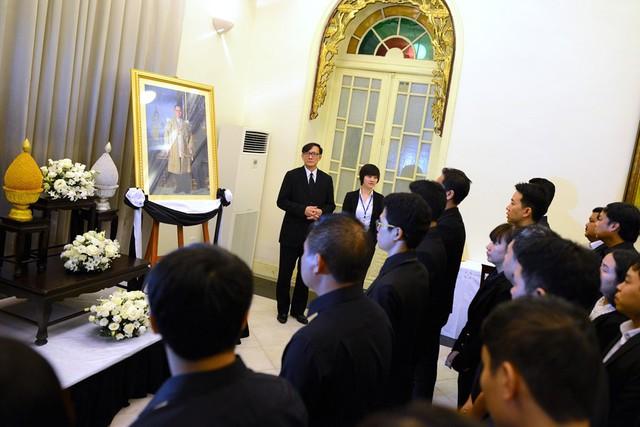 Trước khi làm lễ viếng, ngài Manopchai Vongphakdi, Đại sứ đặc mệnh toàn quyền vương quốc Thái Lan tại Việt Nam, dành vài phút để hướng dẫn mọi người cách hành lễ trước di ảnh chân dung nhà vua.