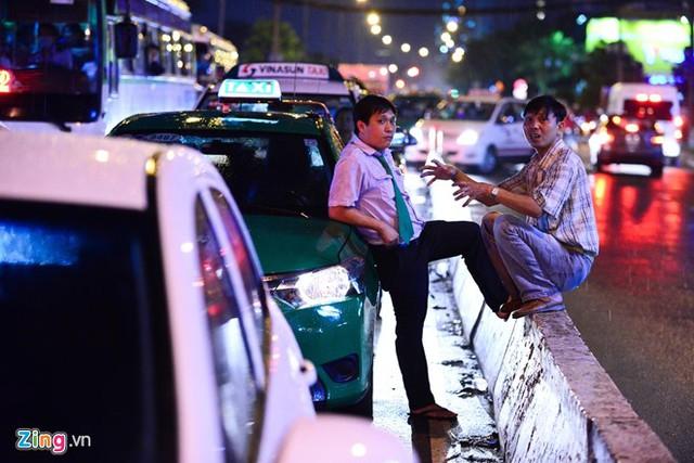 Ôtô gần như không thể nhúc nhích hàng giờ. Các bác tài phải xuống xe trò chuyện chờ dòng xe thông thoáng.