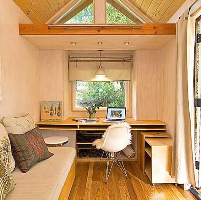 Ngay lối vào nhà là phòng khách nhỏ nhắn, êm ái được tô điểm bởi những chiếc gối ôm với nhiều họa tiết bắt mắt.