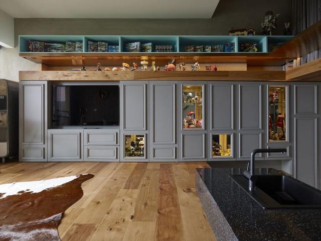 Khu vực đối diện là hệ thống tủ kệ với rất nhiều mô hình Lego cùng những món đồ cổ.