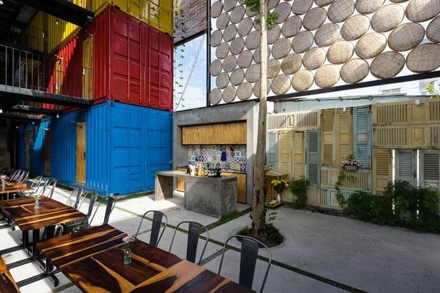 Với thiết kế mở hoàn toàn, Ccasa Hostel còn có cả khoảng sân vườn cùng những dãy bàn gỗ cho khách thoải mái thư giãn, trò chuyện.