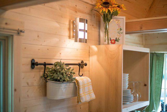 Không gian bên trong được chủ nhà chau chút với hoa tươi và chậu cây cảnh xinh xắn ngay lối vào.
