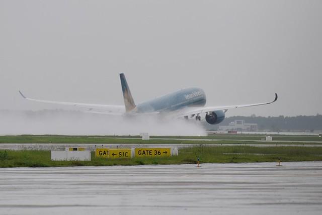 Theo quy hoạch đã được Chính phủ phê duyệt, định hướng sau năm 2020 sẽ xây dựng Cảng HKQT Nội Bài thành sân bay cấp 4F theo tiêu chuẩn của ICAO. Nơi đây sẽ xây dựng đường cất hạ cánh thứ 3 có khả năng tiếp cận hạ cánh chính xác CAT – 3 với khả năng tiếp nhận 45 máy bay đến cấp F vào giờ cao điểm.