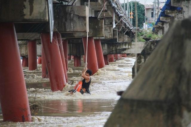 Người dân vùng trũng Cát Chánh gặp khó khăn trong việc đi lại. Ảnh: Huyền Trang