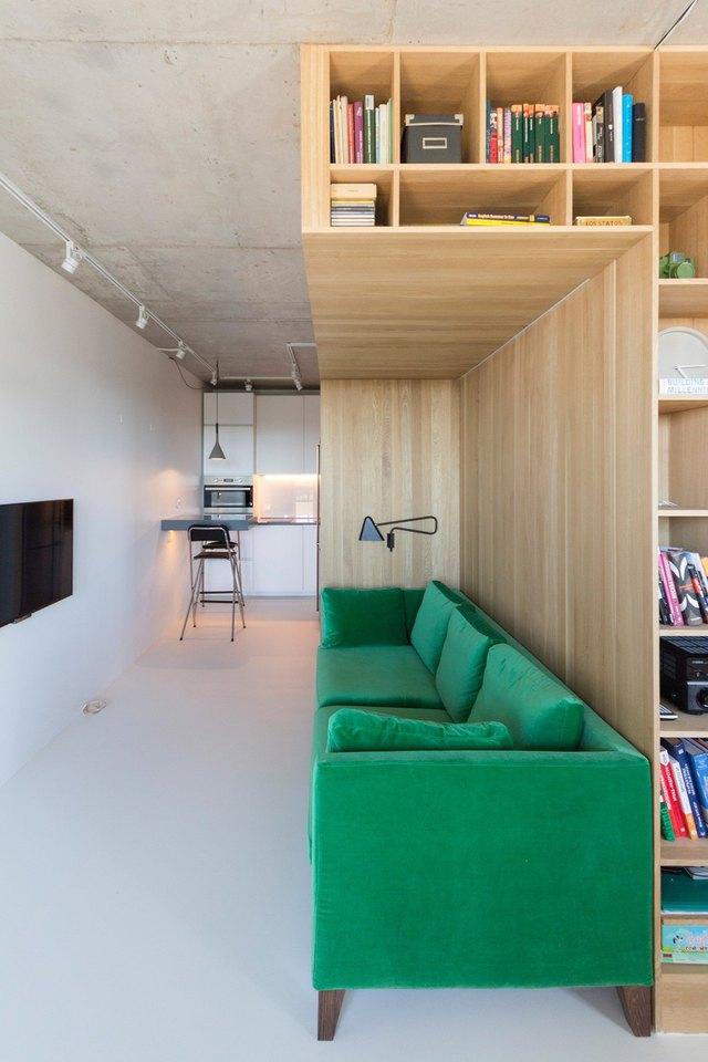 Ngay phía đối diện là chiếc tivi màn hình phẳng được gắn chặt vào tường để tiết kiệm tối đa diện tích cho ngôi nhà.