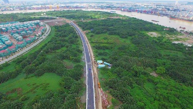 Tuyến R4 đi qua Lâm viên sinh thái - nơi có những cây dừa nước có tuổi thọ gần 100 năm. Toàn bộ cây xanh trên khu vực thi công qua Lâm viên sinh thái đều phải được hoàn nguyên trạng sau khi hoàn thành công tác xây dựng.