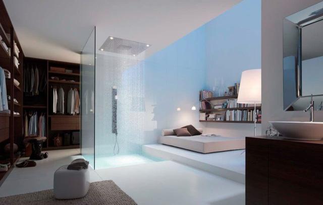 Những dòng nước nhỏ li ti từ trên trần dội xuống khiến người tắm có cảm giác được massage nhẹ nhàng.