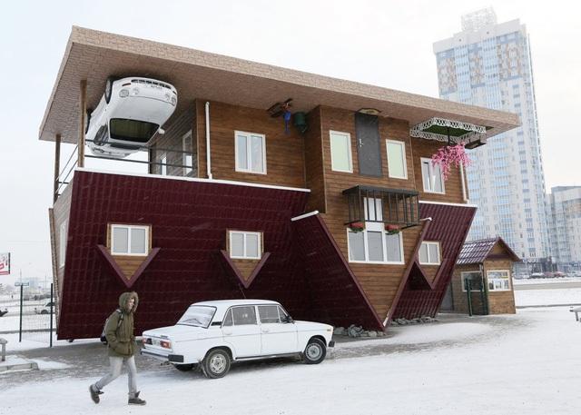 """Thêm một căn nhà lộn ngược nữa ở Krasnoyarsk, Nga. Một chiếc xe thể thao được dính vào """"sàn nhà""""."""