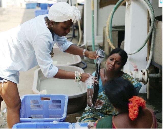 Những người phụ nữ đang giặt tóc.