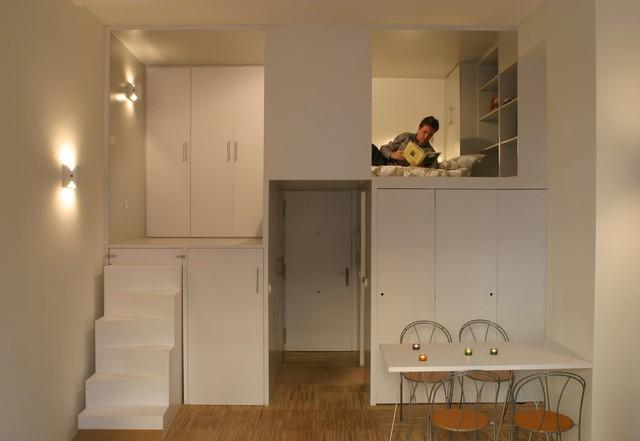 Bên trong bậc cầu thang dẫn lên gác xép là cả một tủ quần áo rộng lớn và những kệ lớn nhỏ dùng để cất gọn những đồ dùng cá nhân cho chủ nhà.