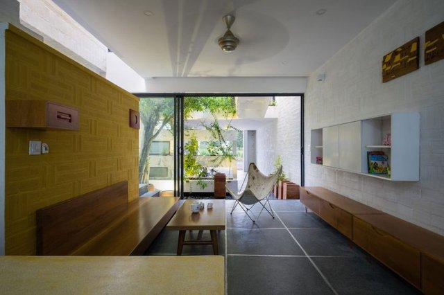 Nội thất trong nhà được bài trí đơn giản pha trộn giữa truyền thống và hiện đại.