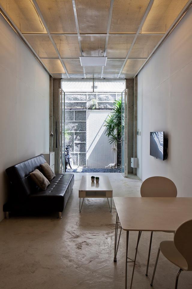 Toàn bộ sàn nhà tầng 1 được láng xi măng nhẵn bóng. Dù diện tích nhỏ hẹp nhưng ngôi nhà vẫn có không gian thoáng đãng.