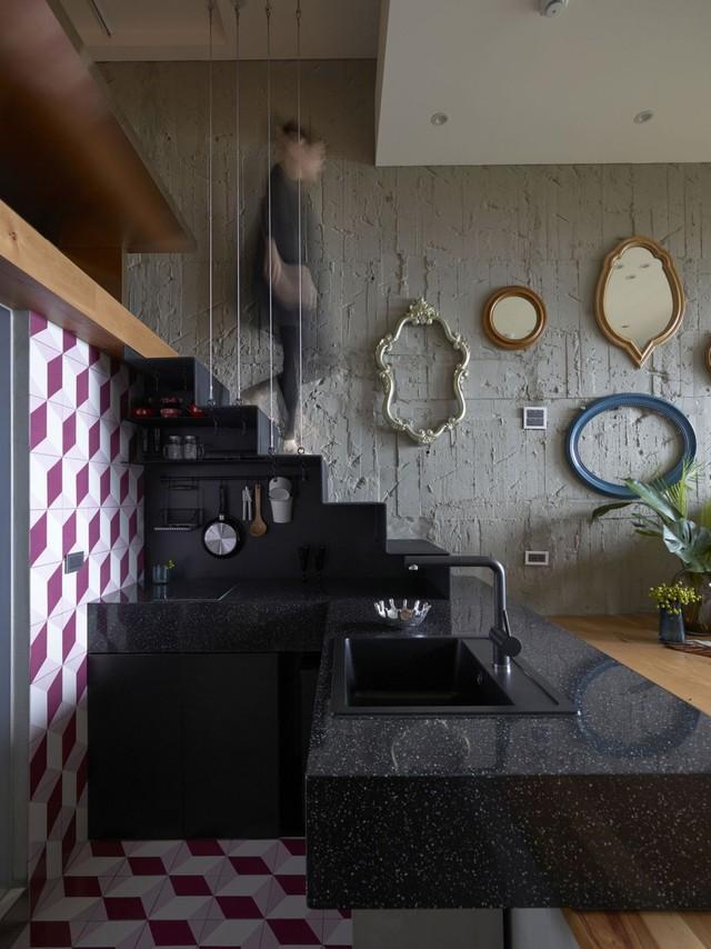Khu vực bếp ăn nhỏ nhắn được bố trí khéo léo ngay gầm cầu thang dẫn lên gác xép.