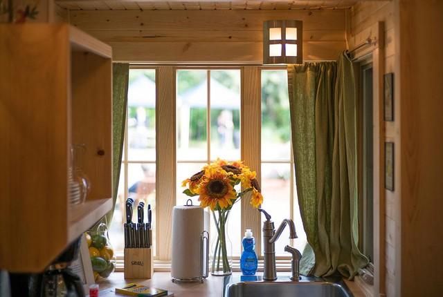 Góc bếp nhỏ được dành riêng một vị trí bên cửa sổ lớn giúp tận dụng được tối đa nguồn ánh sáng tự nhiên và thuận tiện cho người nội trợ.