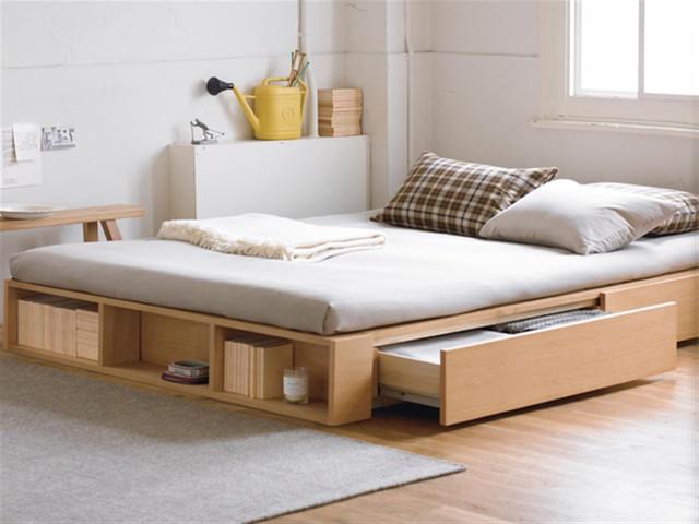 Nếu không muốn cao thì bạn có thể lựa chọn chiếc giường thấp với những ngăn kéo chứa đồ và giá sách mở tiện dụng này.