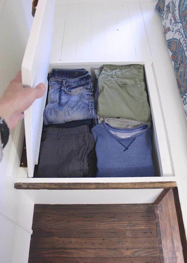 Do diện tích nhỏ nên mọi không gian trong nhà đều được tận dụng một cách tối đa để trữ đồ. Không chỉ có gầm cầu thang mà cả khu vực sàn nhà trên gác xép cũng được tận dụng để làm tủ đựng quần áo kín đáo cho chủ nhà.