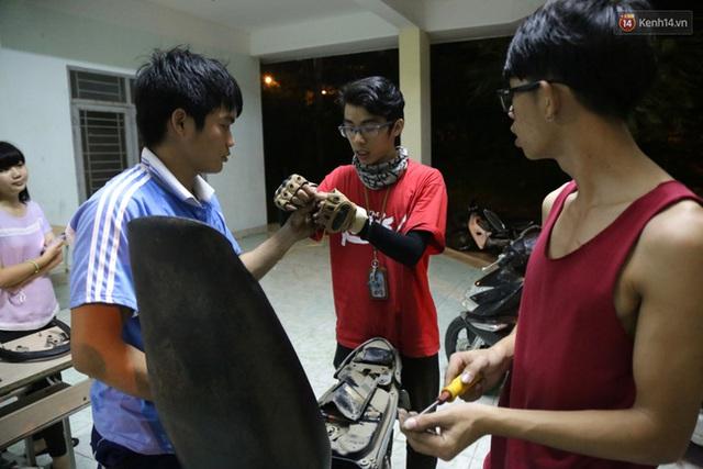 Cả nhóm cùng nhau trao đổi để giải quyết những khó khăn trong việc sửa xe máy.