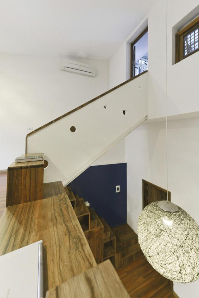 Hệ cầu thang được bố trí thêm những ngăn đựng đồ tiện dụng cho nhà nhỏ.