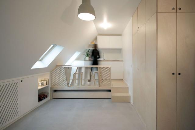 Khu vực bếp ăn tuy nhỏ nhưng được bố trí khá gọn gàng và tiện dụng với toàn bộ hệ thống tủ kệ khép kin. Để giúp cho lòng nhà được vuông vắn, nhà thiết kế đã chọn đặt một hệ thống tủ kệ chạy dọc bức tường thỏa mãn không gian trữ đồ của chủ nhà.