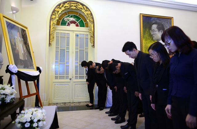 Sau đó, tất cả cùng cúi đầu, nghiêng mình trước chân dung của Đức vua Bhumibol theo sự hướng dẫn của ngài Manopchai.