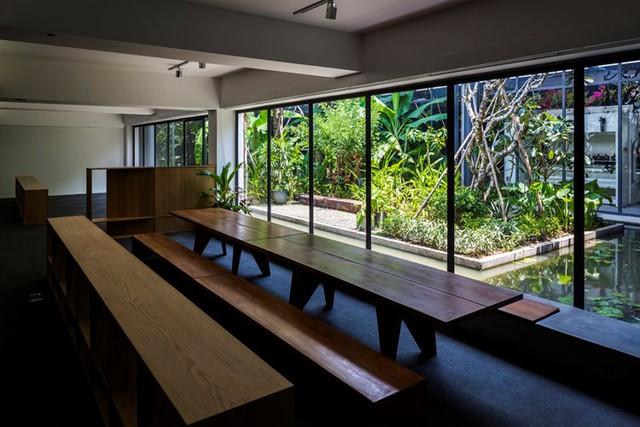 Thay vì bức tường bí bách, những phòng làm việc bên trong nhà máy được trang bị lớp tường kính dày trong suốt giúp không gian trở nên rộng thoáng và luôn tràn ngập ánh sáng tự nhiên.