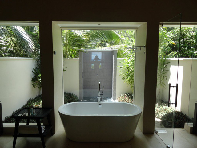 Màu xanh của cây cối khiến không gian phòng tắm thêm thoáng đãng, tươi mát.