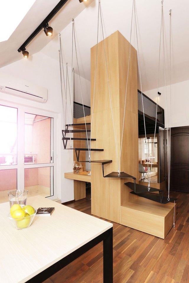 Ngay cạnh phòng khách chủ nhà còn trang bị một chiếc tủ lớn thỏa mãn nhu cầu để quần áo và những đồ cá nhân cho hai vợ chồng.