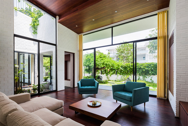Khoảng cách giữa bên trong và bên ngoài, giữa nội thất và thiên nhiên dường như không còn khoảng cách bởi các bức tường kính trong suốt.