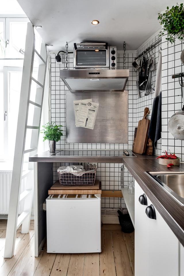 Tất cả mọi đồ dùng trong bếp đều được cất treo rất gọn gàng và ngăn nắp.