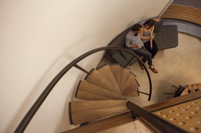 Bên trong ngôi nhà hầu hết các món đồ nội thất đều được thiết kế theo dạng hình cong để hợp với hình dáng căn nhà. Không gian phòng khách được bài trí đơn giản với ghế sofa mềm mại, đẹp mắt.
