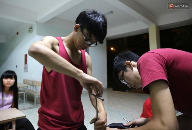 Việt Cường - người thợ học nghề sau nhưng qua theo dõi vài lần cũng khá thành thục trong sửa chữa xe máy.